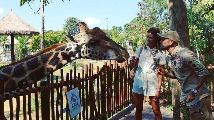 Intip Foto-foto Dani Alves dan Istri Mengunjungi Kebun Binatang di Bali