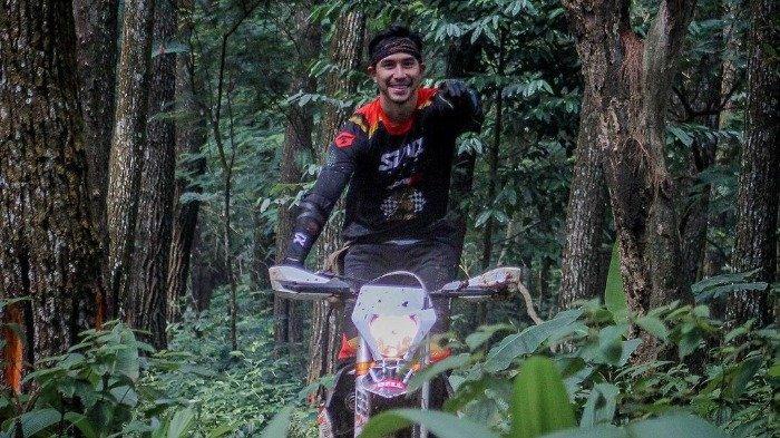 Keseruan Darius Sinathrya saat offroad bersama motor trailnya.