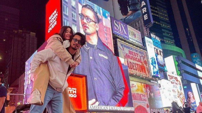 Porter Denny Sumargo di depan billboard Times Square, New York City.
