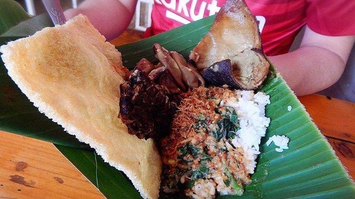 Mencicipi Nikmatnya Nasi Pecel 99, Kuliner Legendaris Madiun yang Jadi Langganan SBY
