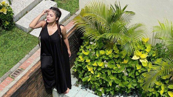 Gaya Liburan Ala Dinar Candy di Bali, Tampil Menawan Pakai Dress Hitam