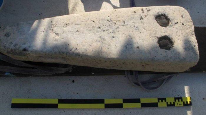 Diyakini kapal sedang memuat balok batu seperti ini saat gempa terjadi — dan kargo menenggelamkan kapal.
