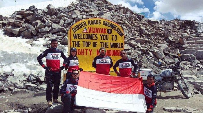 Potret Darius Sinathrya dan Dona Agnesia Kibarkan Bendera Merah Putih di Himalaya