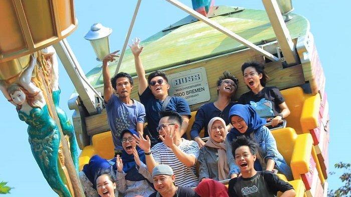 Pengunjung mencoba wahana kora-kora di Dufan, Selasa (10/12/2019).
