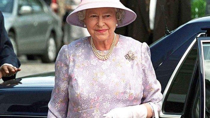 Video Viral di Medsos, Cara Unik Ratu Elizabeth II Potong Kue Gunakan Pedang Seremonial
