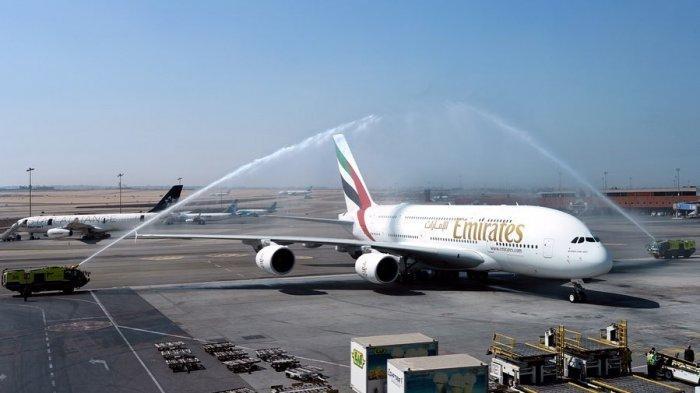 Pesawat Emirates A380 disambut dengan 'water cannon salute' di Bandara Internasional Kairo, Mesir.