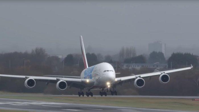 Terkena Turbulensi di Singapura, Pesawat Emirates Ini Mendarat di Bali