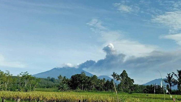 TRAVEL UPDATE: Gunung Raung Erupsi, Sebaran Abu Vilkanik Sampai ke Wilayah Pulau Bali