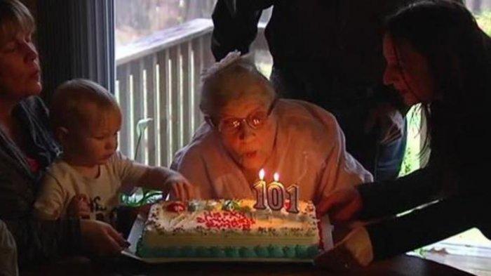 Eunice Modlin di acara ulang tahunnya yang ke-101