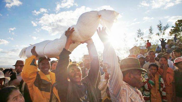 6 Tradisi Paling Menyeramkan dari Beberapa Suku di Dunia, Potong Jari hingga Menari dengan Mayat