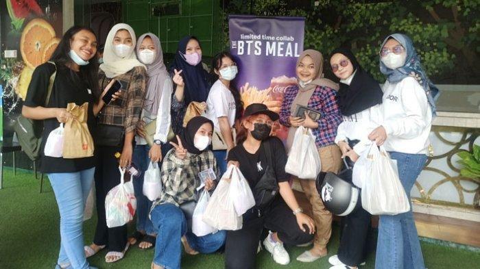 Wira bersama para Army, penggemar BTS, saat berhasil membeli menu BTS Meal di MCD Lapangan Merdeka, Rabu (9/6/2021).