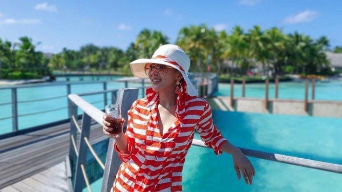 5 Fashion Nyentrik ala Syahrini Saat Bulan Madu di Pulau Bora Bora