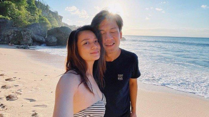 Fendy Chow Pamer Foto Mesra Bareng Istri saat di Bali, Lengket Banget Mau Berdua Terus