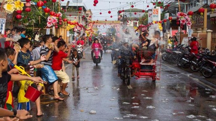 Festival Perang Air - Mirip Songkran di Thailand, Penduduk Riau Siapkan Amunisi dari Air