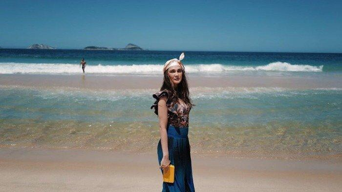 Liburan Artis - Masih di Brasil, Intip Gaya Traveling ke Pantai ala Luna Maya