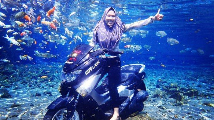 Foto pakai motor di Umbul Ponggok
