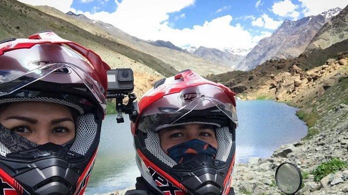 Jelajah Himalaya Naik Motor, Darius Sinathrya dan Donna Agnesia Unggah Foto Selfie