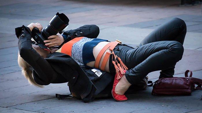 10 Foto Ini Buktikan Kalau Fotografer Selalu Totalitas Saat Bertugas, Nomor 9 Kocak!