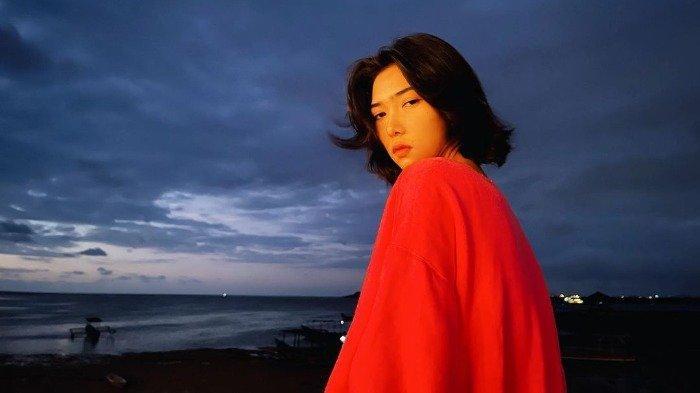 Potret Isyana Sarasvati pamer gaya baru saat liburan di pantai.