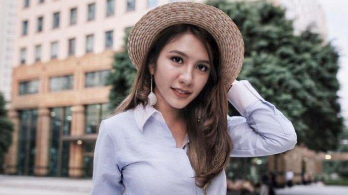 Traveling Makin Chic dengan 6 Rekomendasi Boater Hat ala Acha Sinaga, Harga Mulai dari Rp 40 Ribu