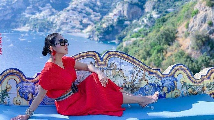 Liburan Artis - Masih Liburan di Italia Bareng Suami, Syahrini Jatuh Cinta dengan Kota Ini