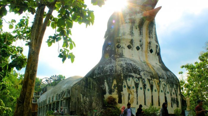 Gereja Ayam di atas Bukit Rhema atau tepatnya di daerah perbatasan Karangrejo dan Kembanglimus Magelang, Jawa tengah.
