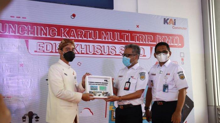 Wali Kota Solo Gibran Rakabuming bersama Direktur Utama KAI Commuter Mukti Jauhari saat peluncuran di Stasiun Balapan