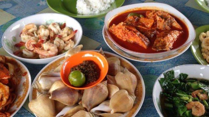 Gonggong, kuliner di Bintan, Kepulauan Riau, yakni sejenis siput yang disantap dengan sambal. Gonggong disajikan lengkap dengan cangkangnya. Tentu perlu sedikit usaha untuk bisa memakan dagingnya.