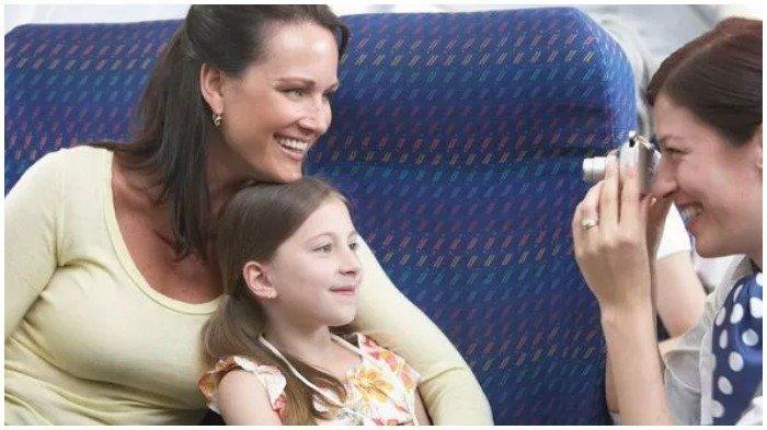 Ilustrasi pramugari nmengambil gambar seorang penumpang