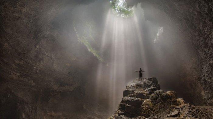 Goa Jomblang - Mengintip Cahaya Surga di Tanah Jogja, Hanya 1 Jam Untuk Bisa Menyaksikannya