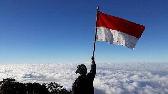 10 Gunung Tertinggi di Indonesia yang Cocok Didaki saat Rayakan HUT ke-74 RI