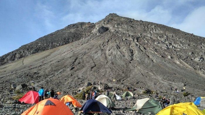 Tenda para pendaki di kawasan Pasar Bubrah, Gunung Merapi.