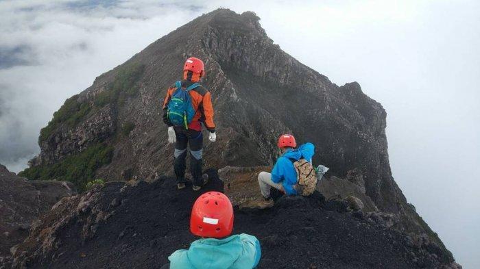 7 Tips Mendaki Gunung di Malam Hari, Kenakan Pakaian Hangat hingga Bawa Lonceng