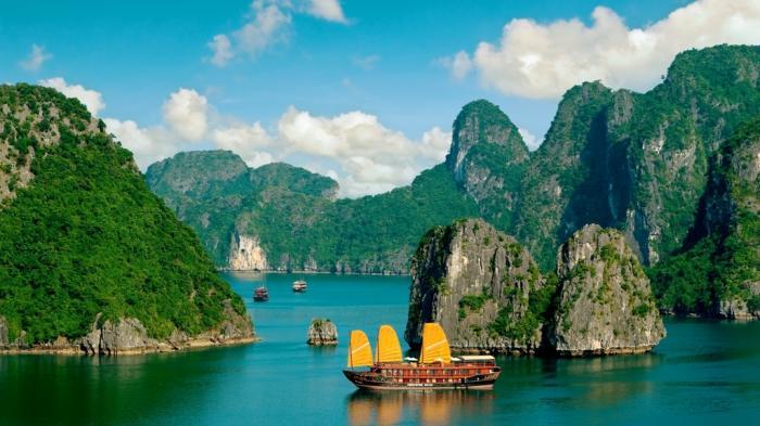 Panduan Wisata ke Ha Long Bay Vietnam: Pilihan Transportasi, Tempat Bermalam dan Waktu Terbaik