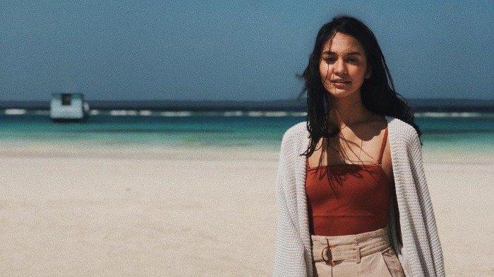 Potret Hana Malasan saat traveling menjelajahi keindahan alam di Indonesia.
