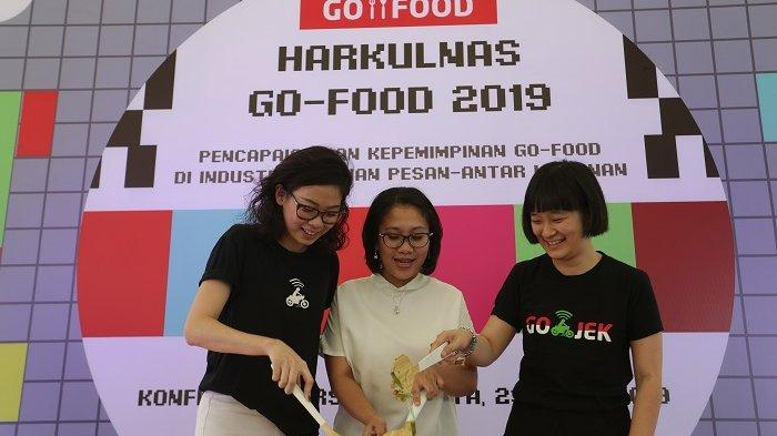 Catherine Hindra Sutjahyo, Chief Food Officer GOJEK Group bersama Nila Marita, Chief Corporate Affairs GOJEK, dan Marsela Renata, Senior Marketing Manager GO-FOOD mengaduk gado-gado sebagai simbolisasi pembukaan HARKULNAS GO-FOOD 2019