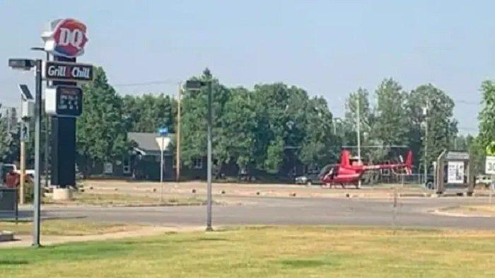 Helikopter mewah mendarat di halaman parkir sekolah untuk membeli es krim
