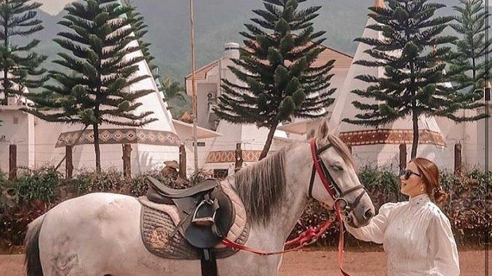 Tamu yang sedang melakukan aktivitas berkuda di Highland Park Resort Bogor.
