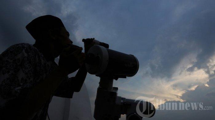 Pengamatan posisi hilal (bulan) menggunakan teleskop di Kantor Gubernur Sumatera Utara, di Medan, Selasa (16/6/2015). Pengamatan hilal untuk menentukan hari pertama puasa oleh Kementerian Agama Sumut tidak bisa melihat hilal karena tertutup awan.