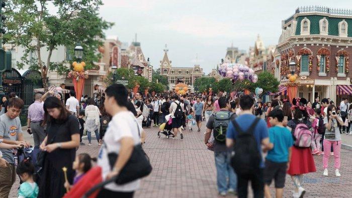 Pengunjung Hong Kong Disneyland, Jumat (12/10/2018)