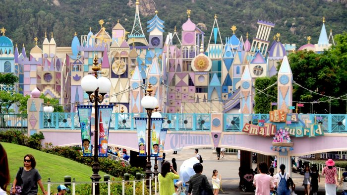 Pengunjung melintas di area Small World, Hong Kong Disneyland, Sabtu (13/10/2018)