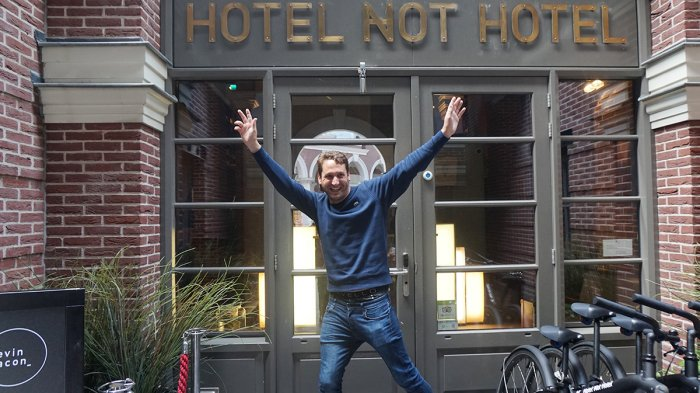Bruno Bont, pemilik Hotel Not Hotel, berpose di depan penginapan miliknya, Jumat (25/5/2018).