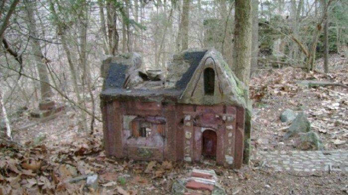 Selalu Dikaitkan Mistis, Kompleks Rumah Mini di Hutan Ini Benarkah Desa yang Dikutuk?