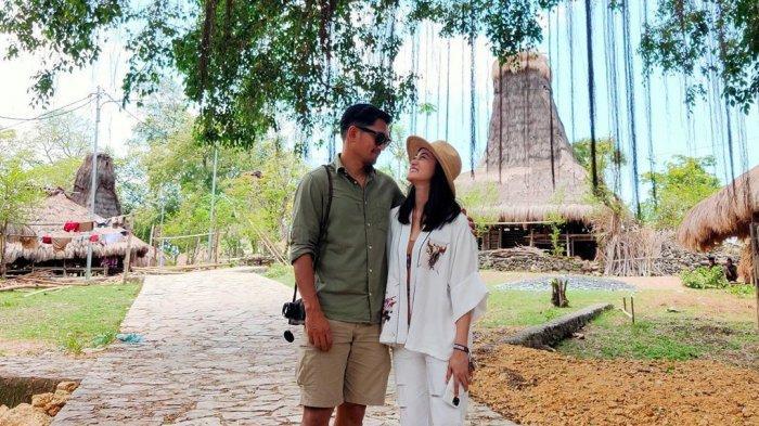 Ibnu Jamil dan Ririn Ekawati Unggah Foto dengan Latar Rumah Tradisional di Sumba