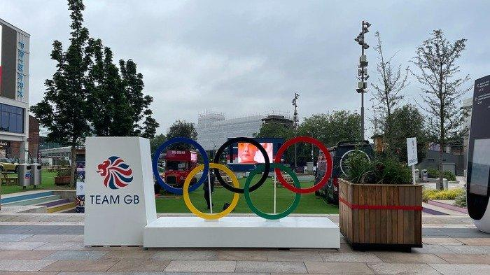 Ikon Olimpiade yang terpampang di Tokyo, Jepang