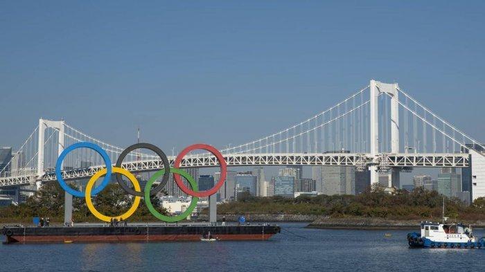 Ikon Olimpiade terpampang di Odaiba Marine Park, Tokyo, Jepang untuk menyambut gelaran Olimpiade Tokyo 2020.