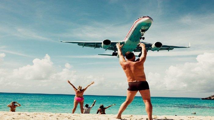 Ilusi optik membuat pria ini seolah menghentikan pesawat