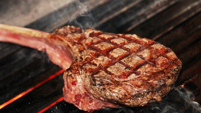 Ilustrasi daging sapi yang sedang dimasak dengan cara dipanggang