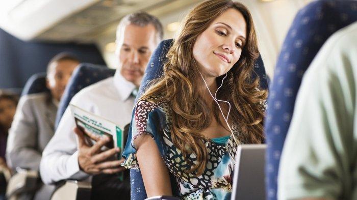 Bingung Atasi Wajah Kuyu Usai Terbang? 6 Tips Sederhana Ini Bantu Jaga Kesegaran Kulit di Pesawat