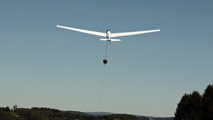 Nekat Terobos Landasan Pacu Bandara, Seorang Pengendara Sepeda Nyaris Terlindas Glider
